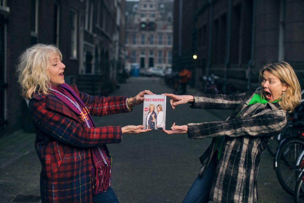 Foto van Leoni Jansen en Jolanda Holwerda die het boek Niet miepen vasthouden